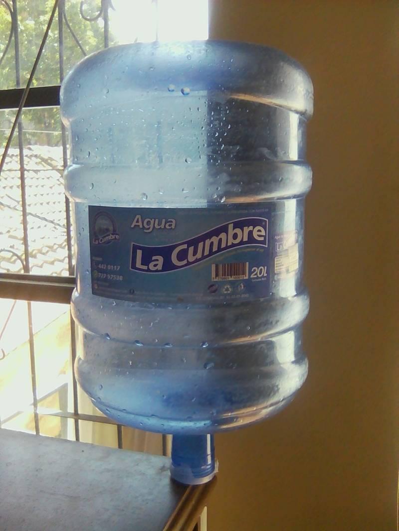empresa  de agua esta promocionando agua  de mesa y dispensa